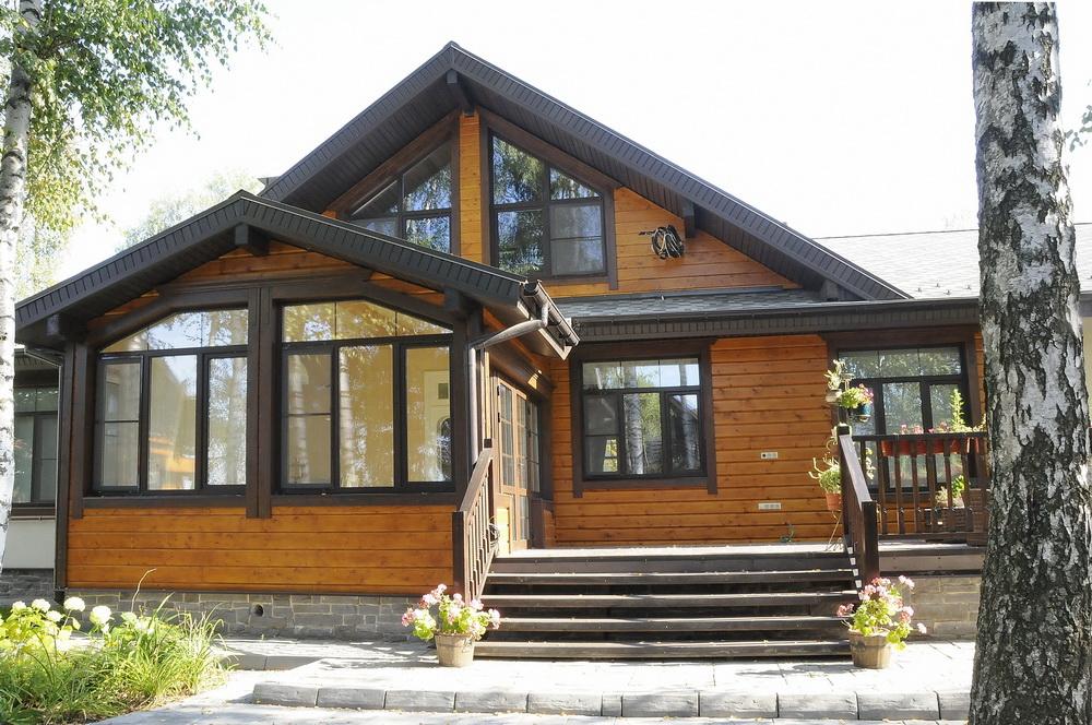 отделка фасада деревянного дома фото один